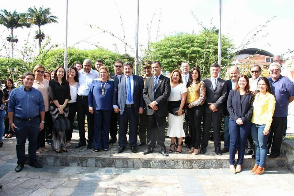 Ao lado do prefeito, o Presidente da Câmara de Vereadores de Gravatá, Léo do Ar (PSDB), também marcou presença no hasteamento da bandeira.