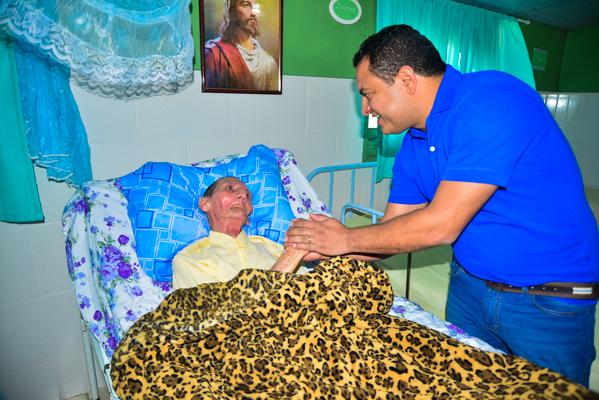 Léo do AR durante visita ao Lar de Amparo ao Idoso localizado no Distrito de Mandacaru, zona rural do município (Foto: Clebson Amsterdan/ASCOM)