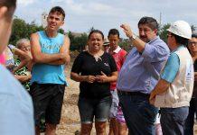 Prefeito Joaquim Neto conversa com os moradores ribeirinhos. Foto: Gilvan Silva