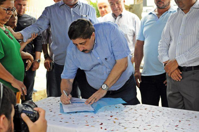 Prefeito Joaquim Neto assina ordem de serviço. Foto: Gilvan Silva