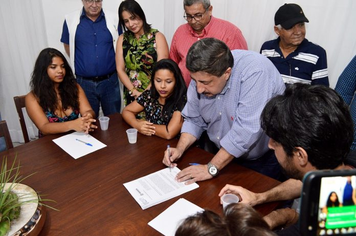 Momento da Assinatura do Prefeito. Foto: Gilvan Silva