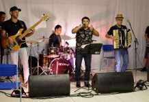 A group of people playing instruments and performing on a stage - Events patio Chucre Mussa Zarzar